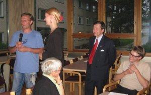 Siperiasta juhlaan saapunutta Dmitri Kravchenkoa tulkkasi Emilia Honkasaari. Oikealla iltajuhlan jontaja Kimmo. Pulkkinen