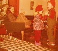 Tonttueikki jatkuu. Äiti Annikki taustalla. Joulu 1972.